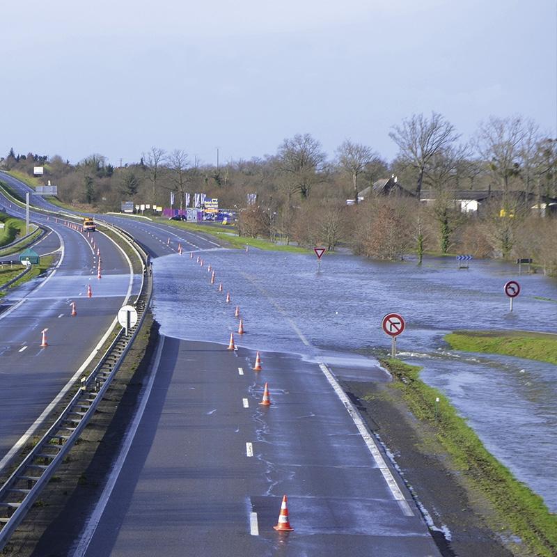 Starkregen Straße unter Wasser